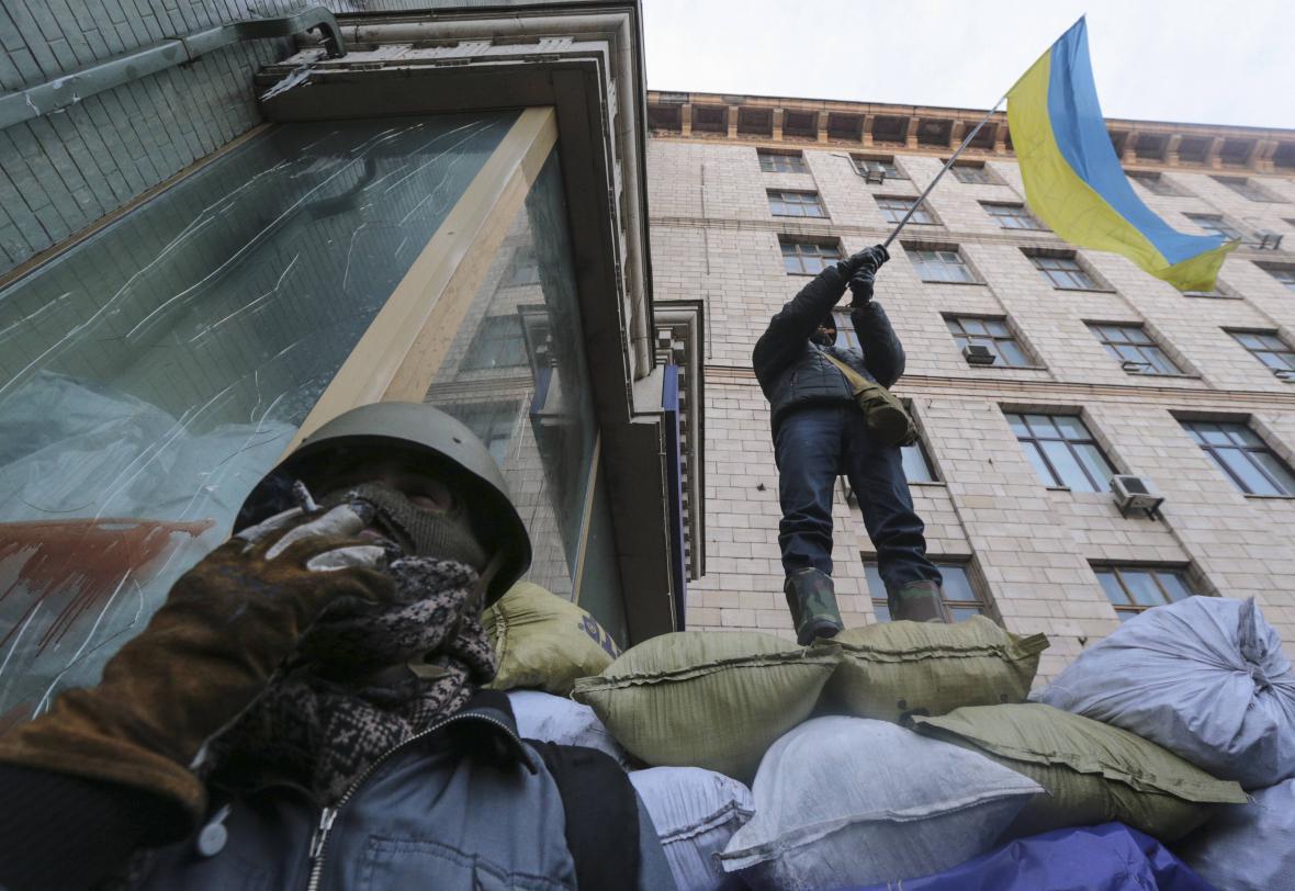 Opoziční demonstranti na barikádě v Kyjevě