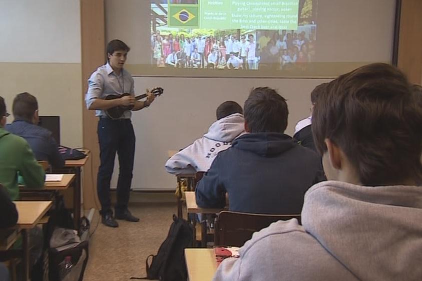 Ricardo R. Camilo představil studentům svoji zemi i skrze písně