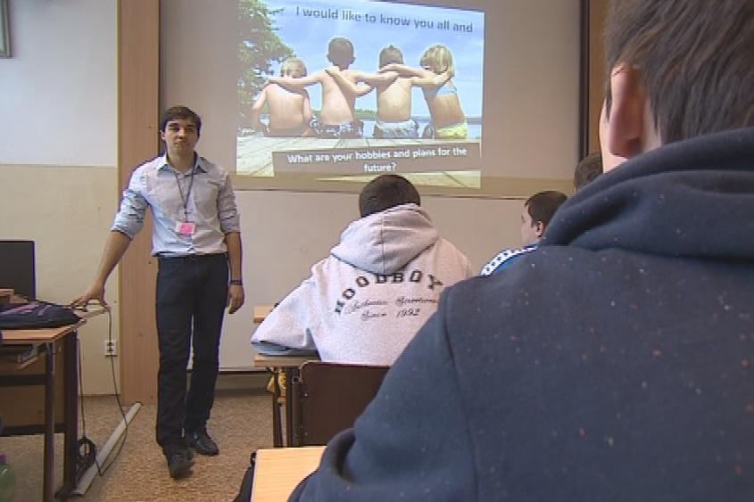 Lektoři představují svoje země studentům v angličtině