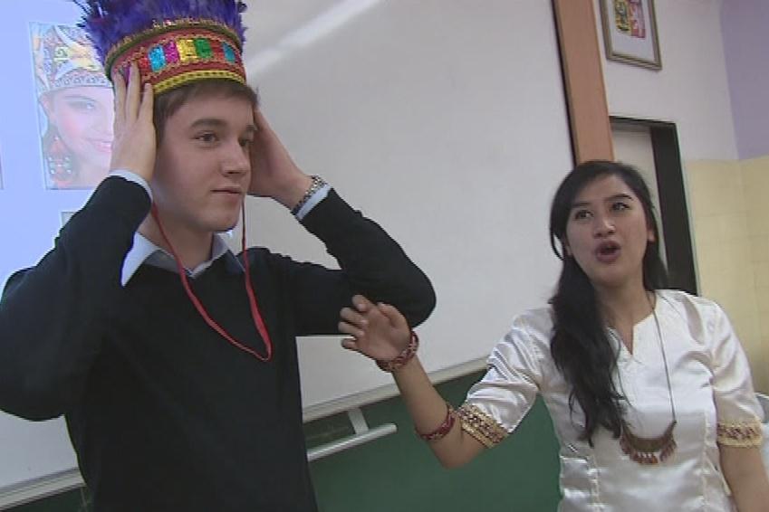 Stážisté studenty seznamují se zvyky a tradicemi svojí země