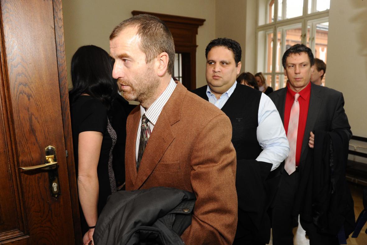 Obžaloba vinila 13 mužů, od soudu jich s trestem odešlo jen 11