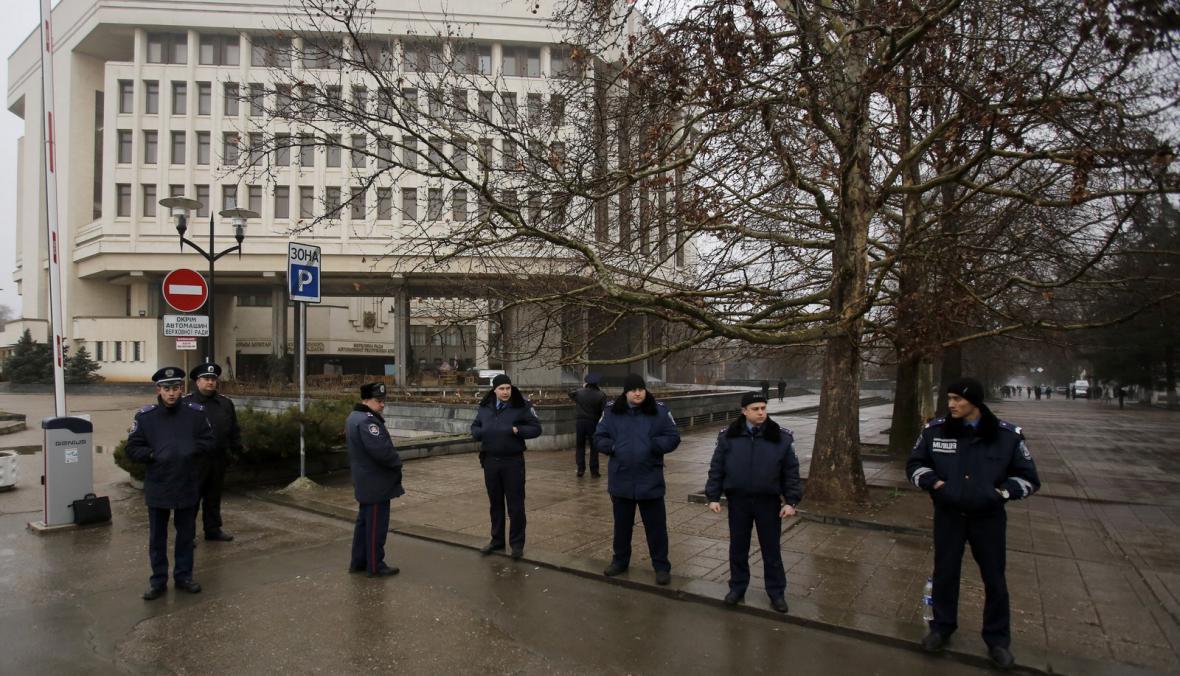 Ukrajinská policie před budovou krymského parlamentu