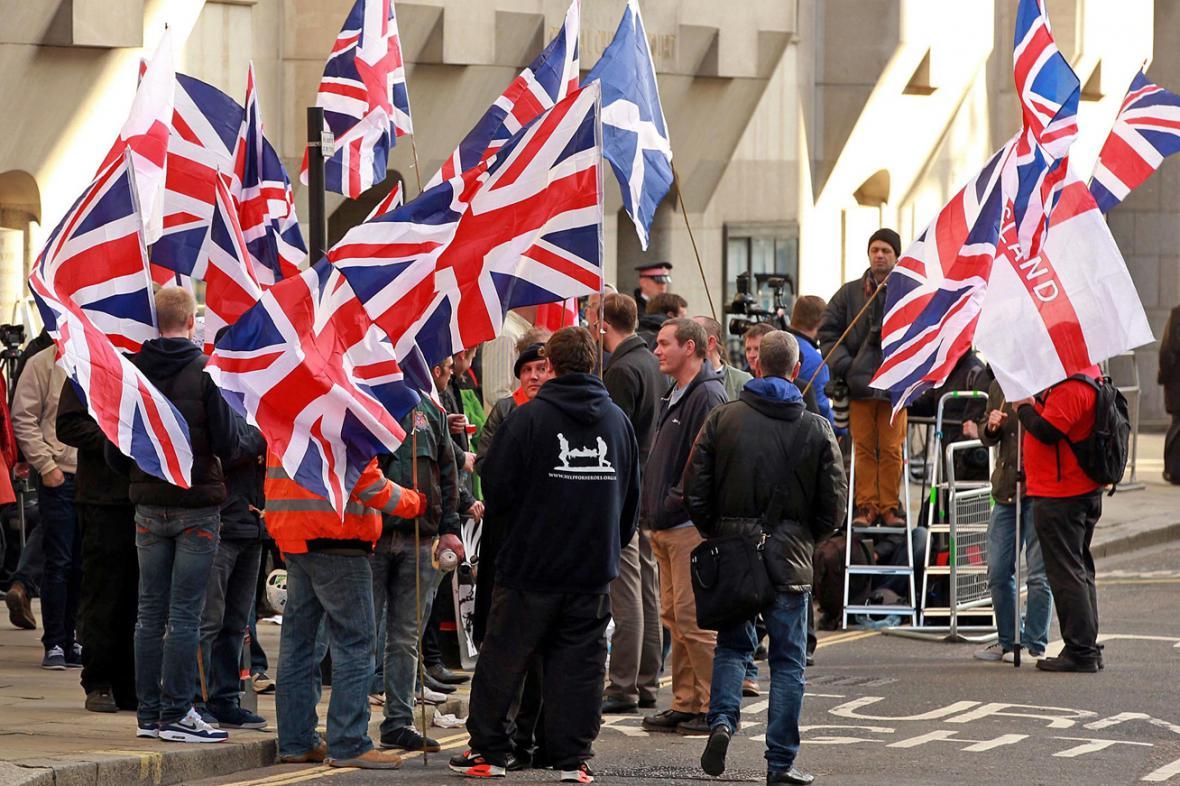 Demonstranti před budovou soudu Old Bailey