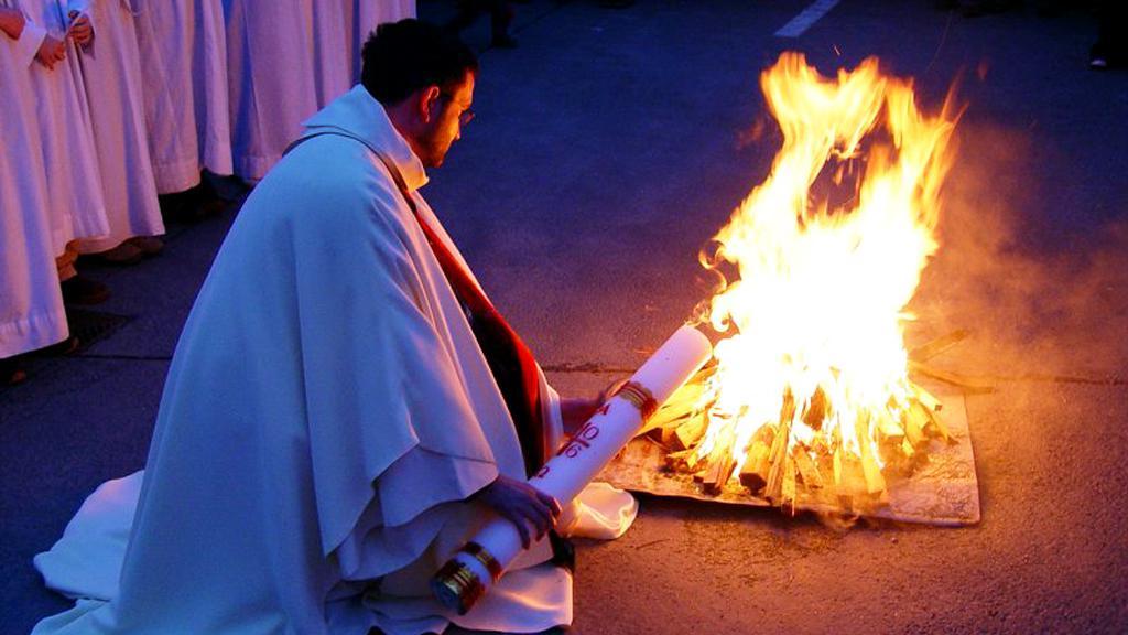 Zapalování paškálu velikonočním ohněm