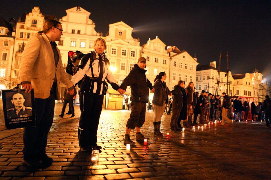 Na náměstí se utvořil řetěz proti komunismu