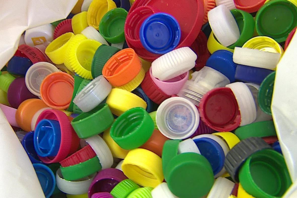 Použitá víčka z PET lahví pomáhají nemocným dětem