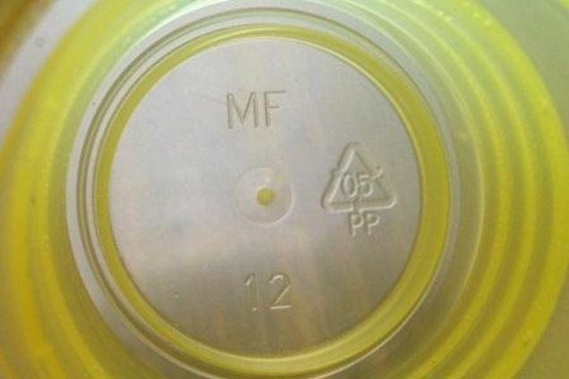 Uvnitř víčka je vždy zkratka a číselné označení materiálu
