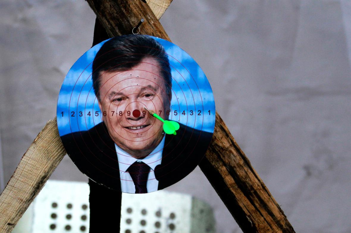 Demonstranti na Majdanu si udělali z Janukovyče terč