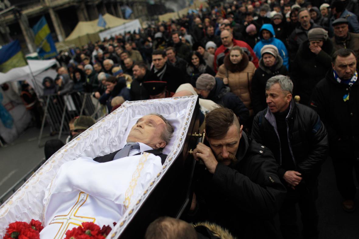Pohřeb jedné z obětí ukrajinských nepokojů