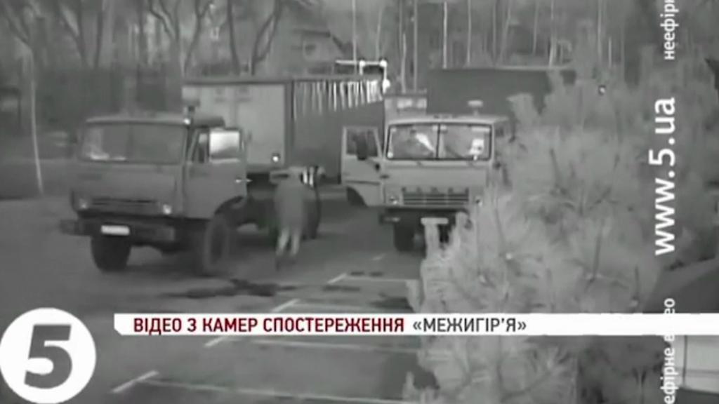 Automobily odvážejí dokumenty z Janukovyčovy rezidence