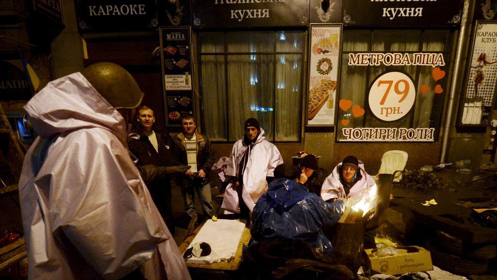 Kyjevané vyčkávají v blízkosti barikád