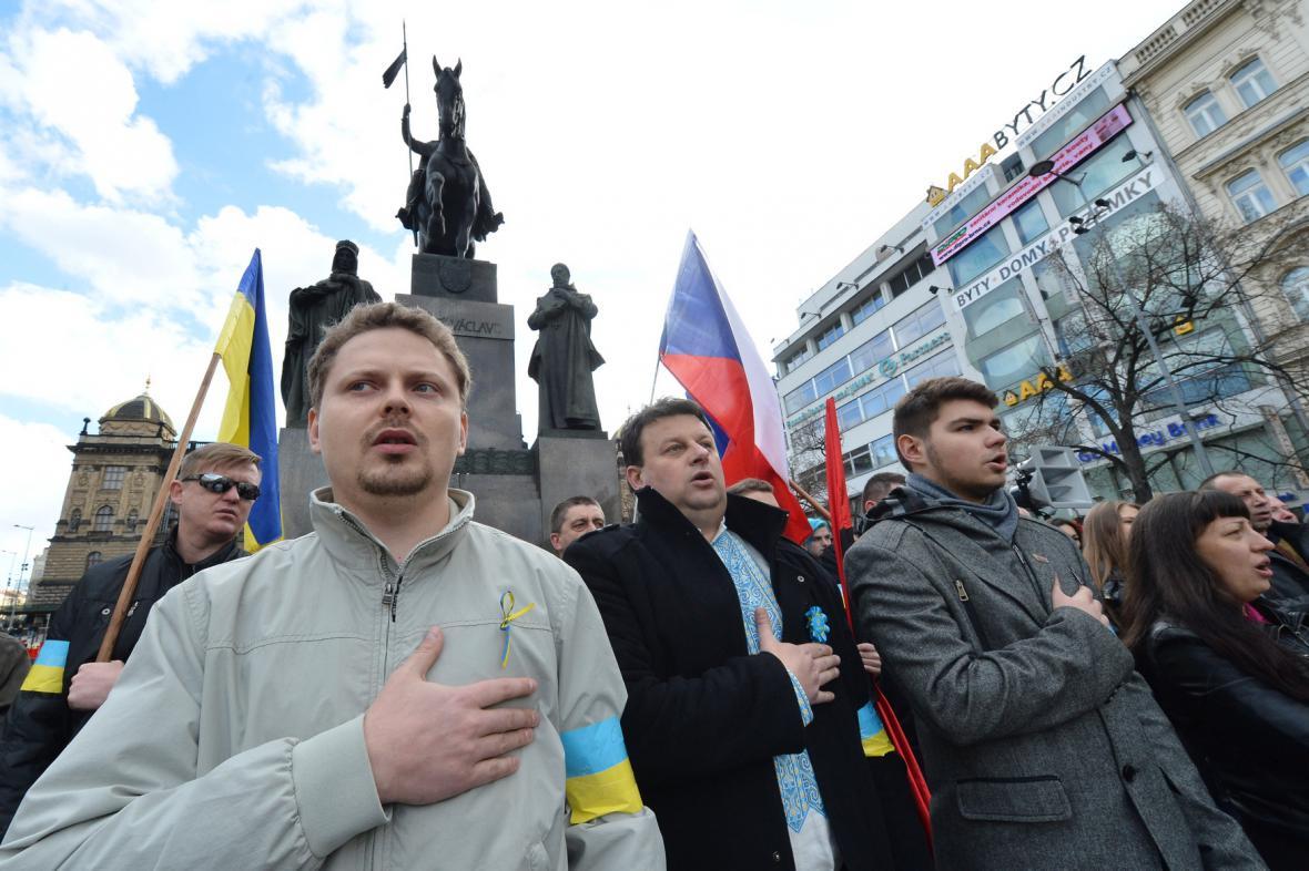 Ukrajinci i Češi přišli na Václavské náměstí podpořit Ukrajinu