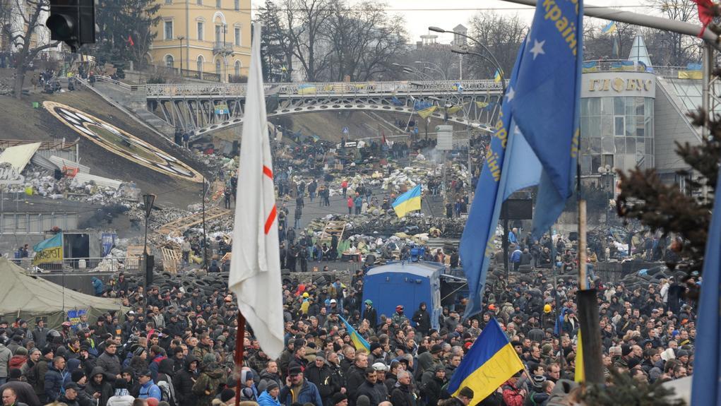 Na kyjevském Majdanu se sešly tisíce lidí k uctění obětí