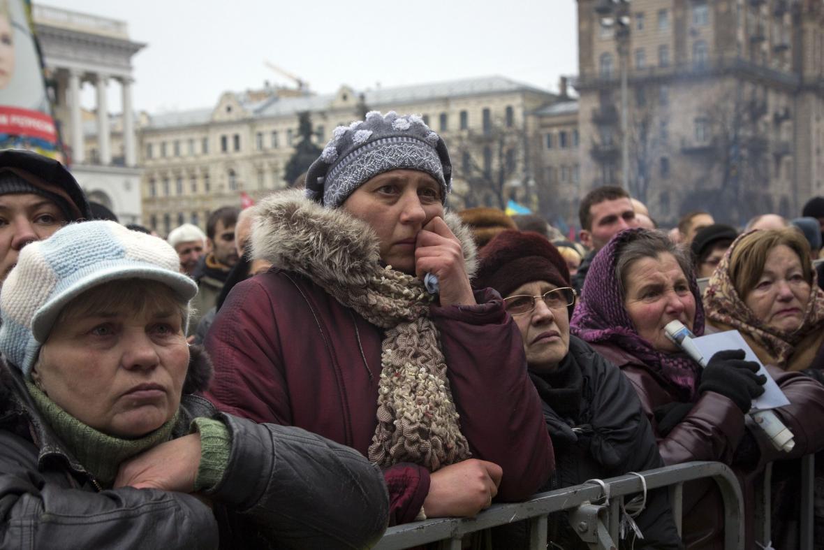 Ukrajinky truchlí za oběti kyjevských bojů