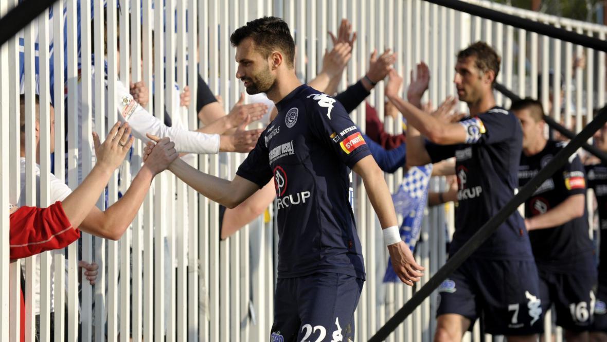 Hráči Slovácka slaví tři body s fanoušky