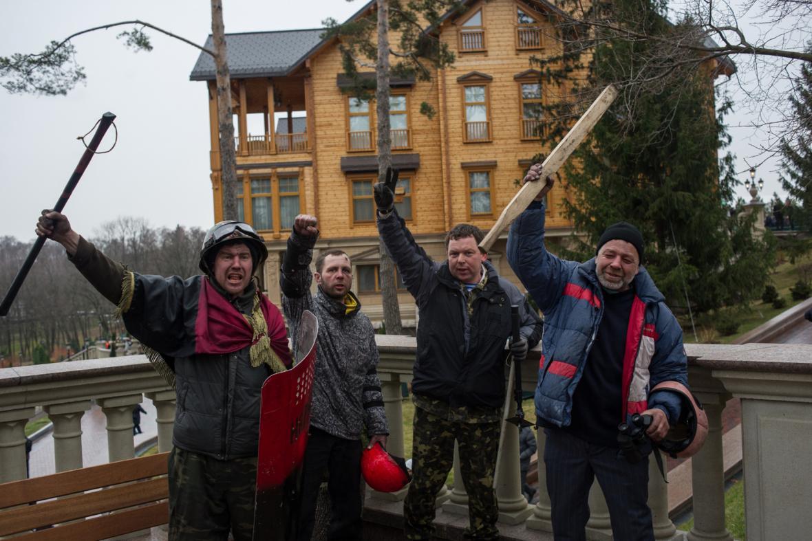 Ukrajinci pózují před sídlem Viktora Janukovyče  v Mežyhirje