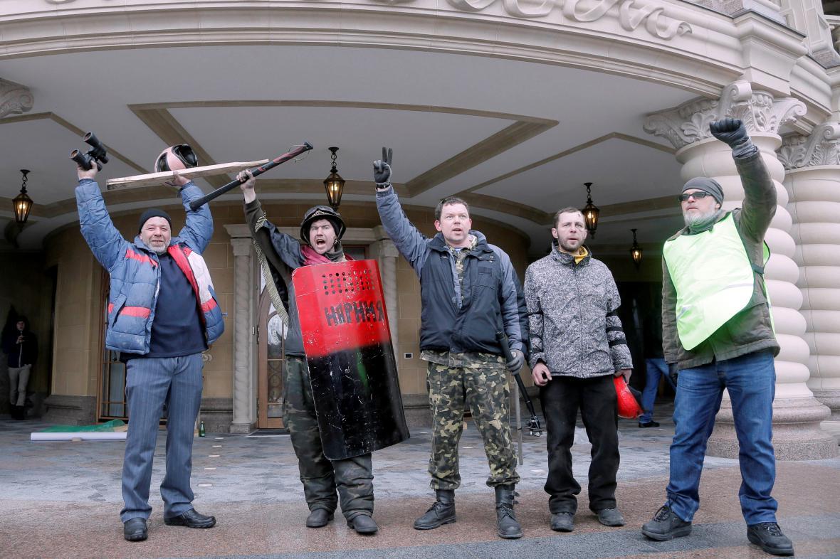 Ukrajinští demonstranti před Janukovyčovou rezidencí