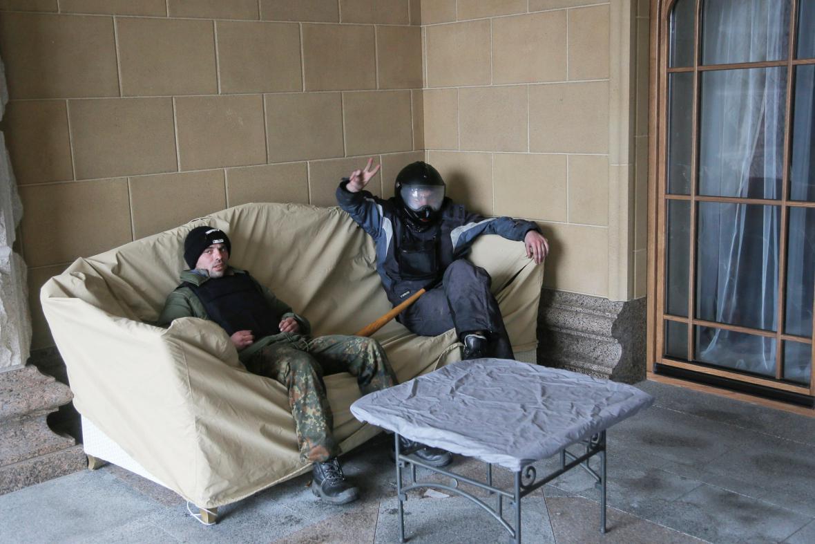 Ukrajinští demonstranti odpočívají v Janukovyčově sídle