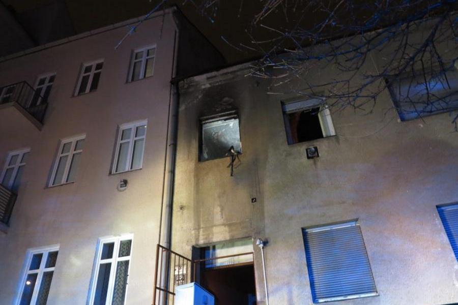 Plameny šlehaly z bytu v prvním patře
