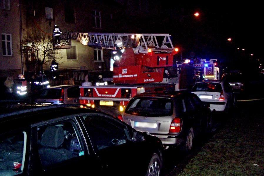 Požár v bytovém domě vzplál okolo třetí hodiny ráno
