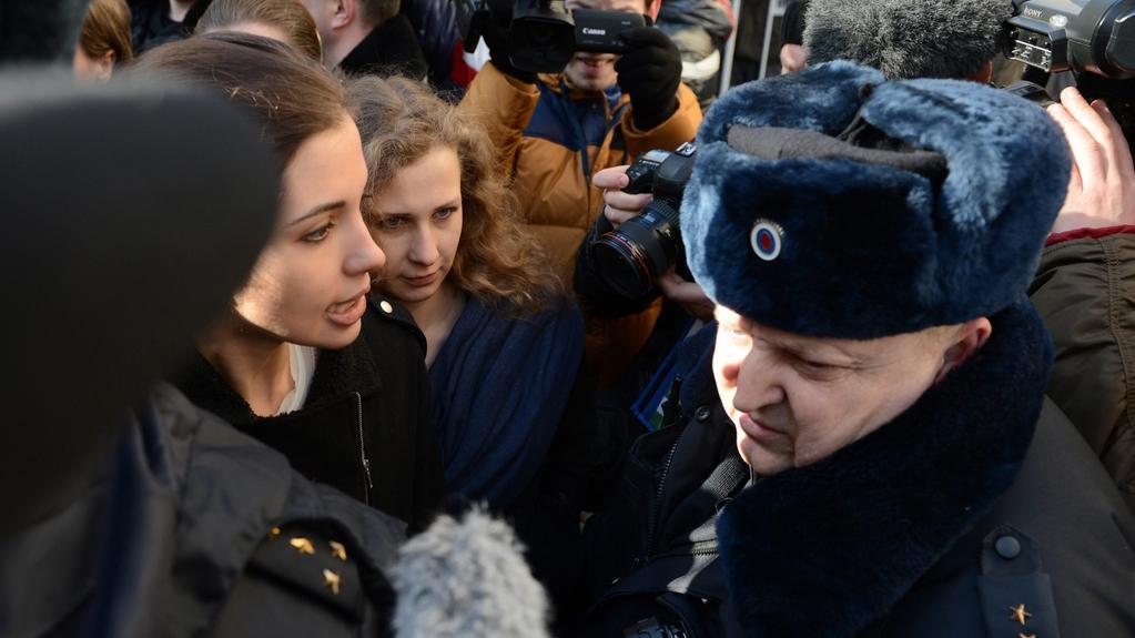 Členky Pussy Riot na demonstraci před moskevským soudem