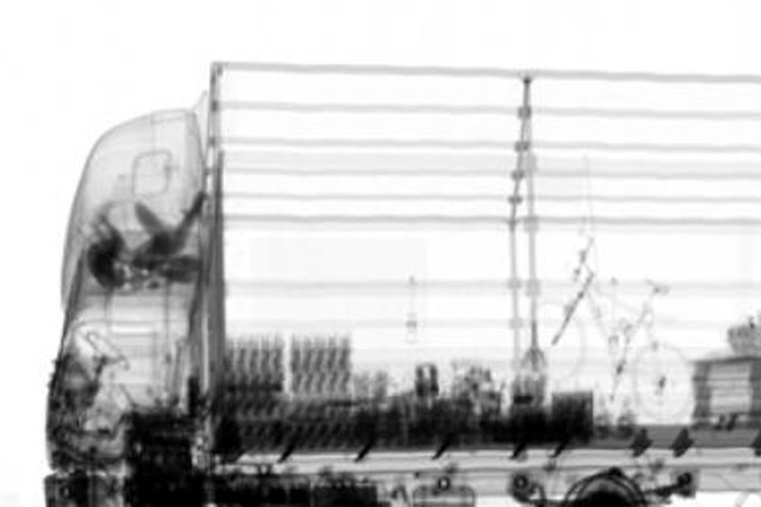 Rentgenový snímek nákladního auta s běženci