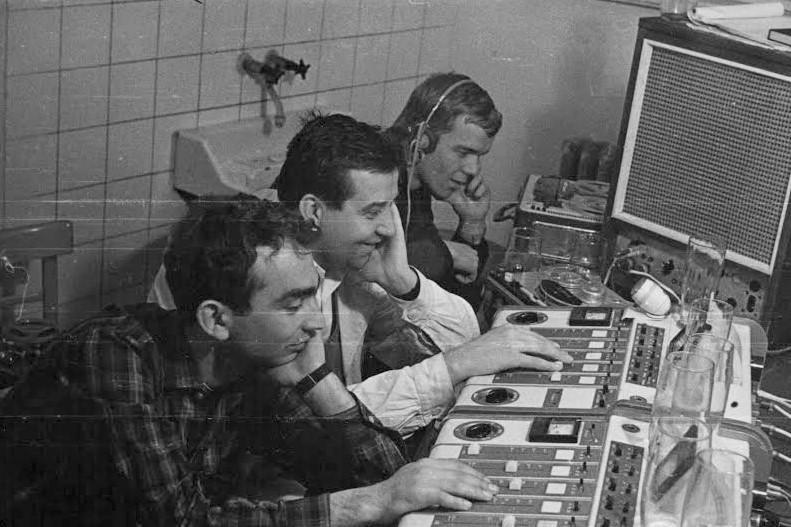 Zvukaři při natáčení silvestrovského pořadu v roce 1966 (R. Kos vpravo)
