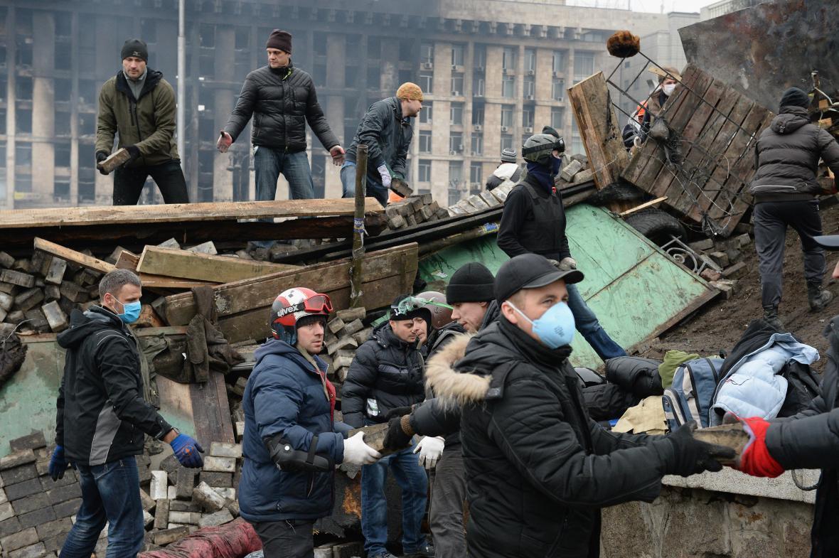 Obnova barikád na náměstí Nezávislosti