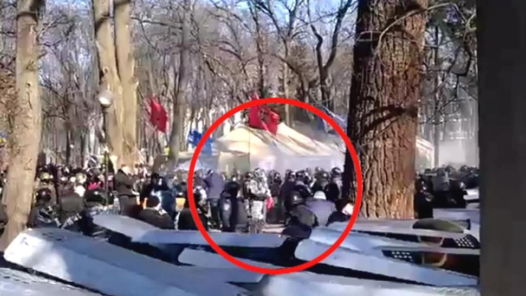 Titušky - provokatéři v zákrytu policejních štítů