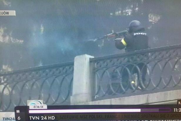 Záběry polské televize: ukrajinský policista ozbrojený kalašnikovem