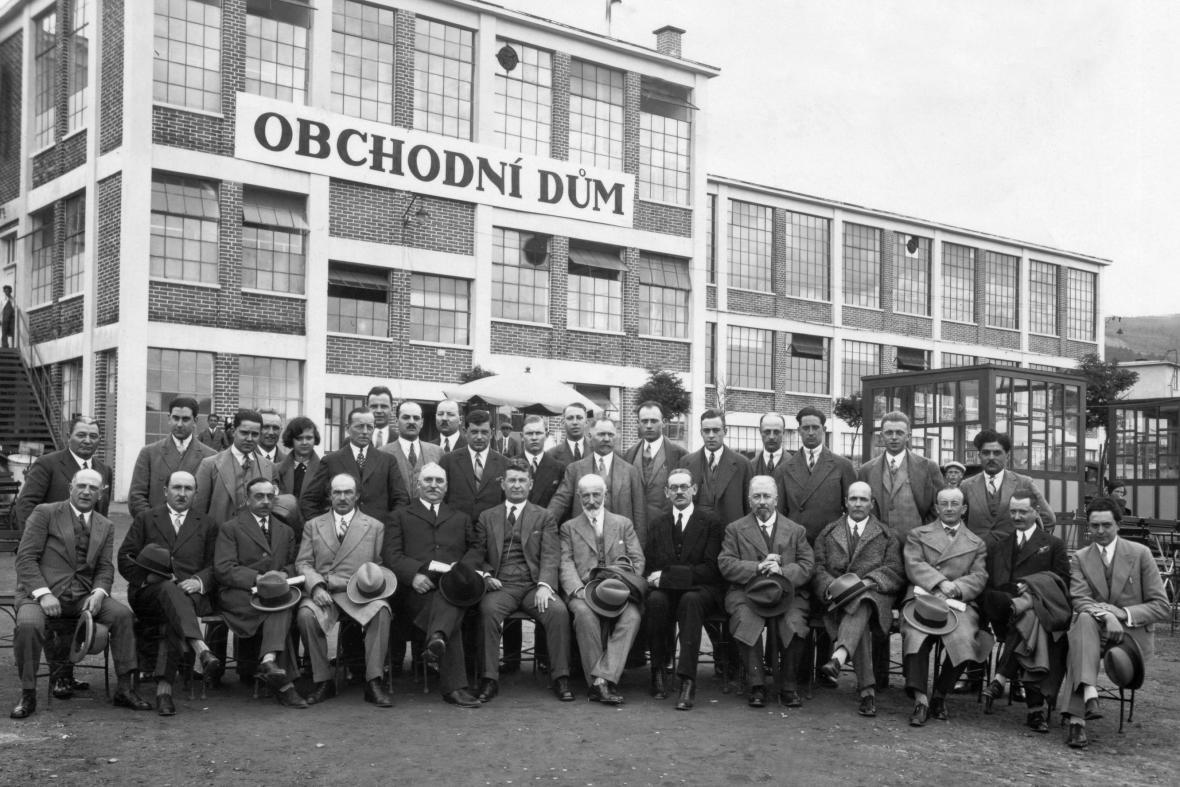 Čelní představitelé společnosti Baťa (Tomáš Baťa sedí uprostřed)