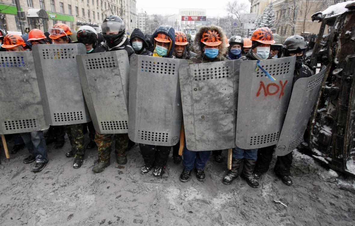 Demonstranti v ulicích Kyjeva