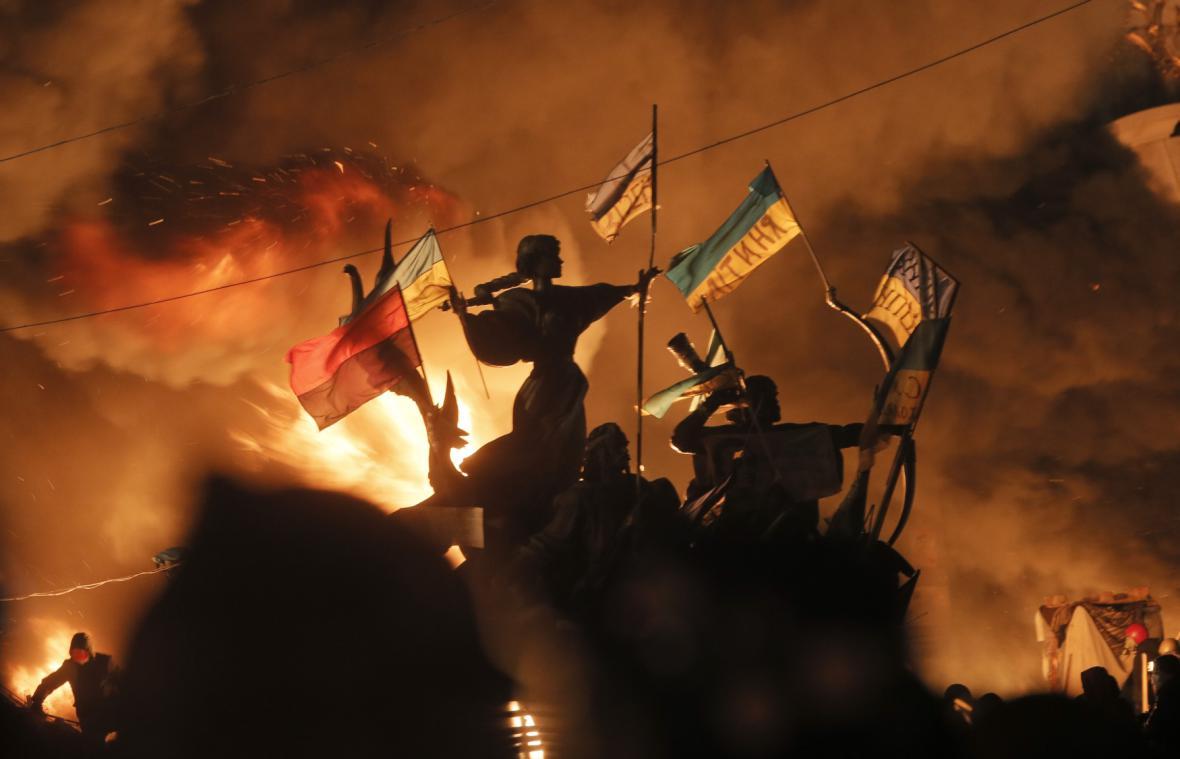 Náměstí Nezávislosti v plamenech
