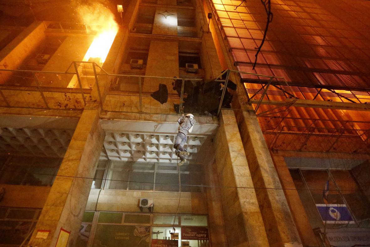 V centru Kyjeva hořelo sídlo odborů