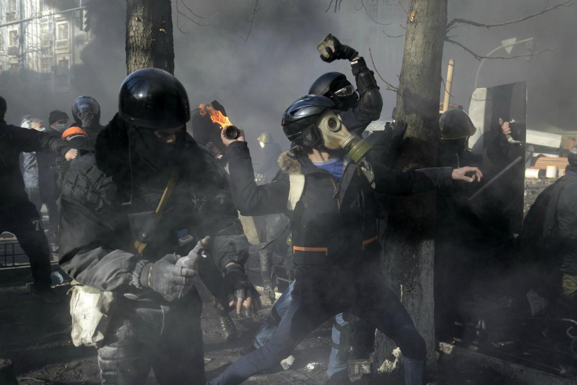 Demonstranti hází na zasahující policisty zápalné lahve