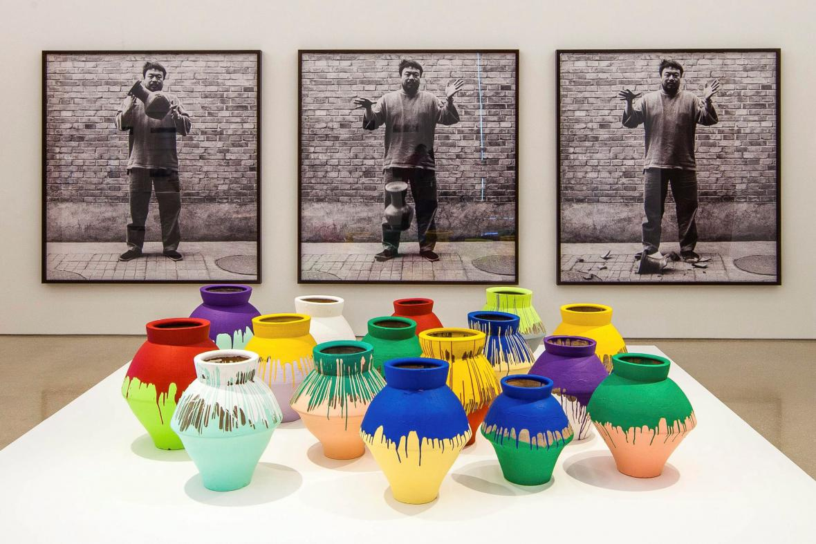 Vázy z období dynastie Chan přemalované Aj Wej-wejem