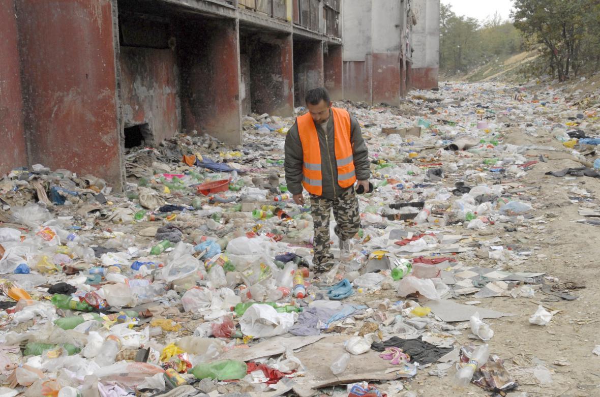 Sídliště Luník IX je plné odpadků