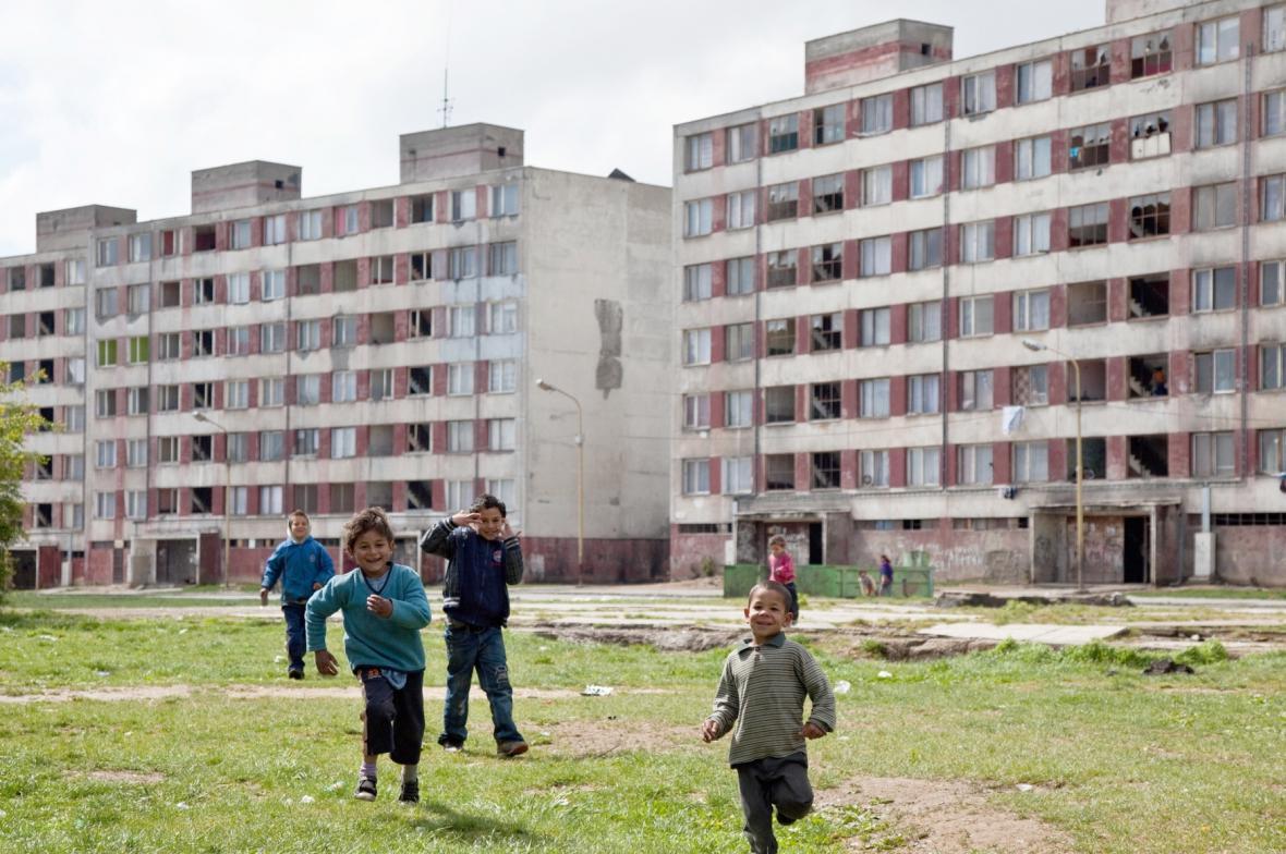Romské děti na sídlišti Luník IX
