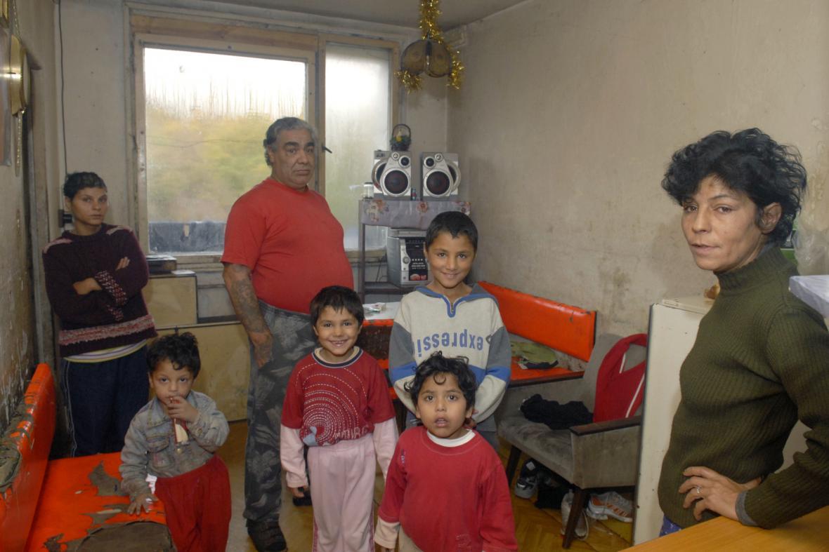 Romská rodina ve zdevastovaném bytě na Luníku IX