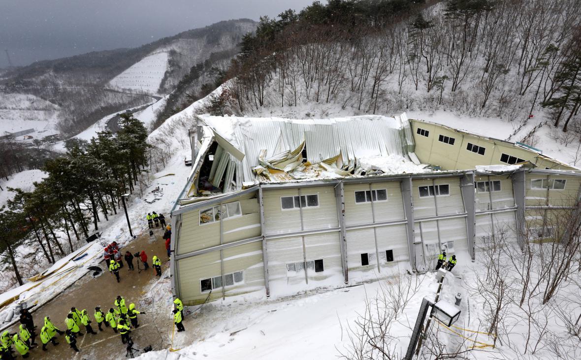 Střecha se zřítila do haly s více než 560 studenty