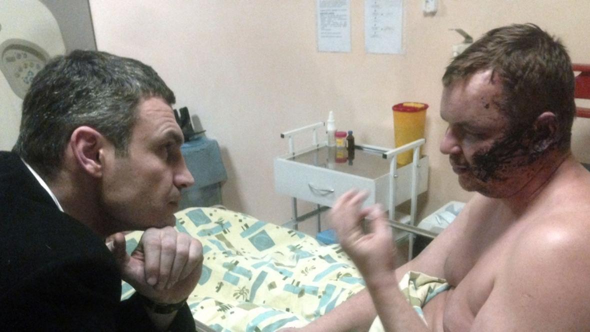 Lídr opozice Vitalij Kličko (vlevo) navštívil Dmytro Bulatova v kyjevské nemocnici