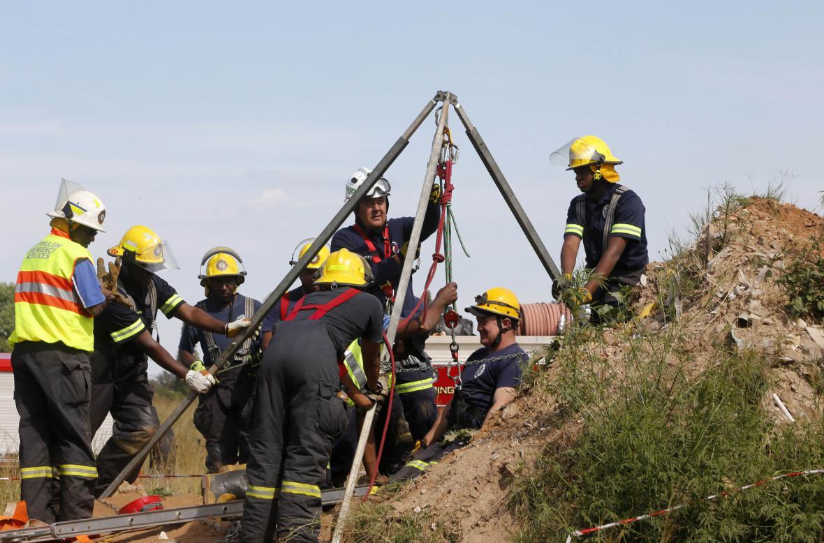 Záchrana nelegálních horníků v JAR