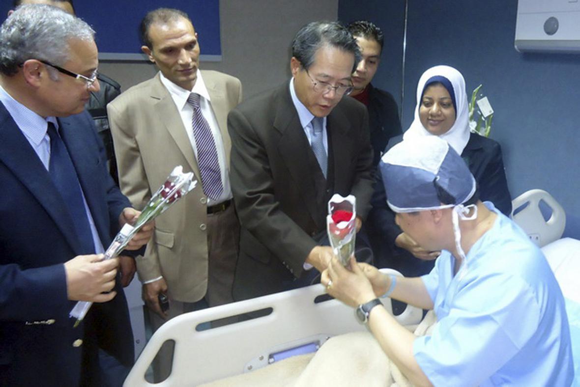 Egyptský ministr cestovního ruchu Hišám Zaazú a jihokorejský velvyslanec v Egyptě Lim Wan Shun