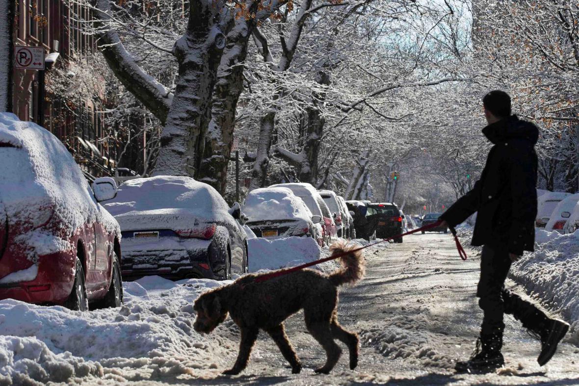 Sněhem se brodili i lidé v Brooklynu