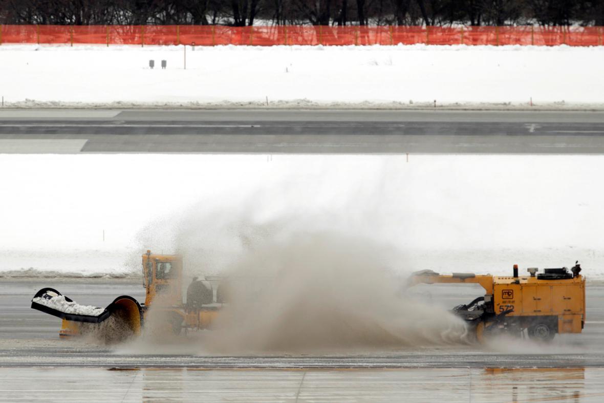 Problémy dělal sníh také na letištích