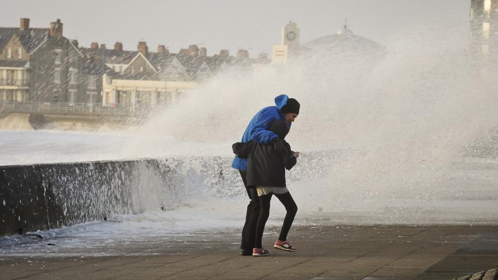 Pobřeží Británie bičoval silný vichr