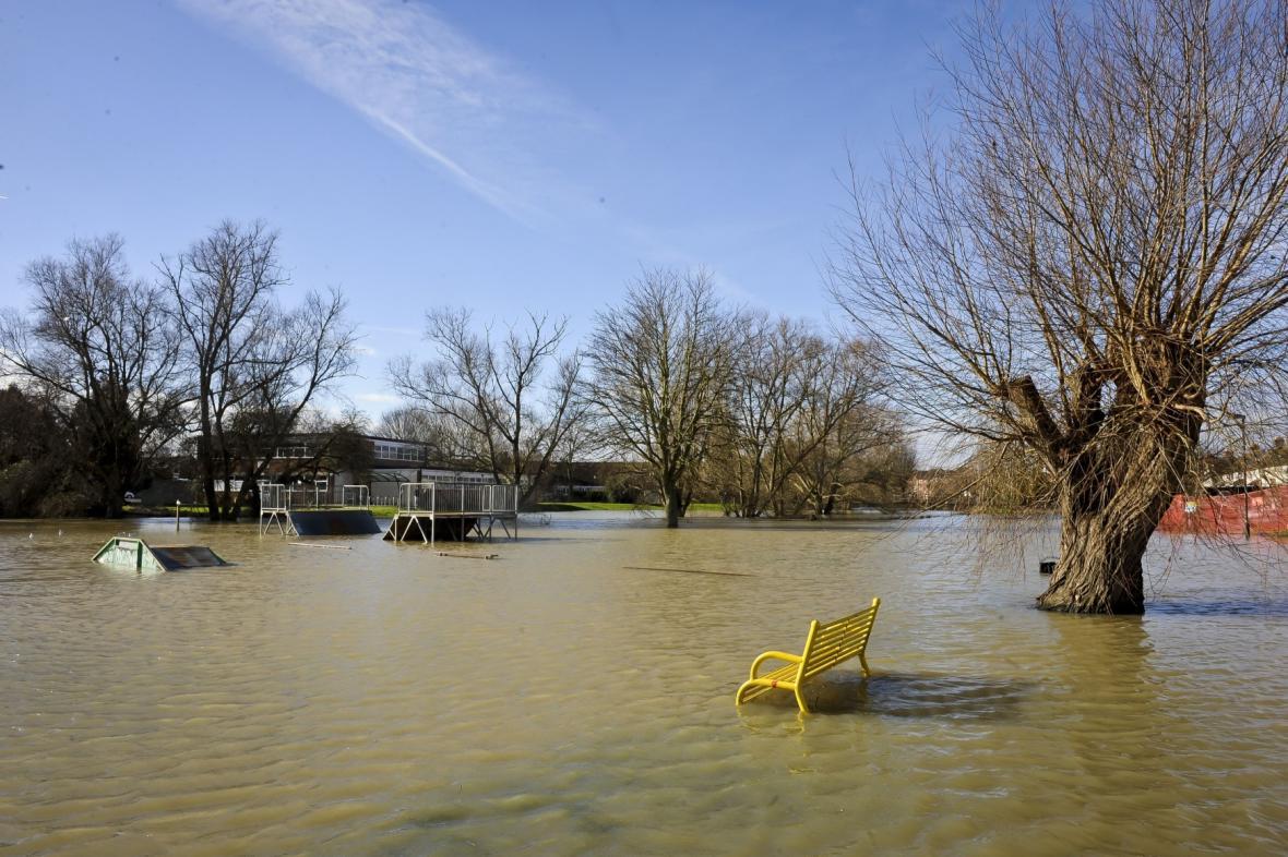 Voda zatopila i park v britském Tewkesbury