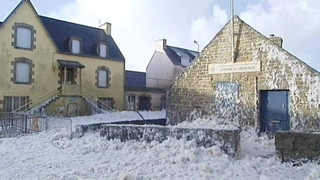 Pěna z moře pokryla městečko Saint Guenole