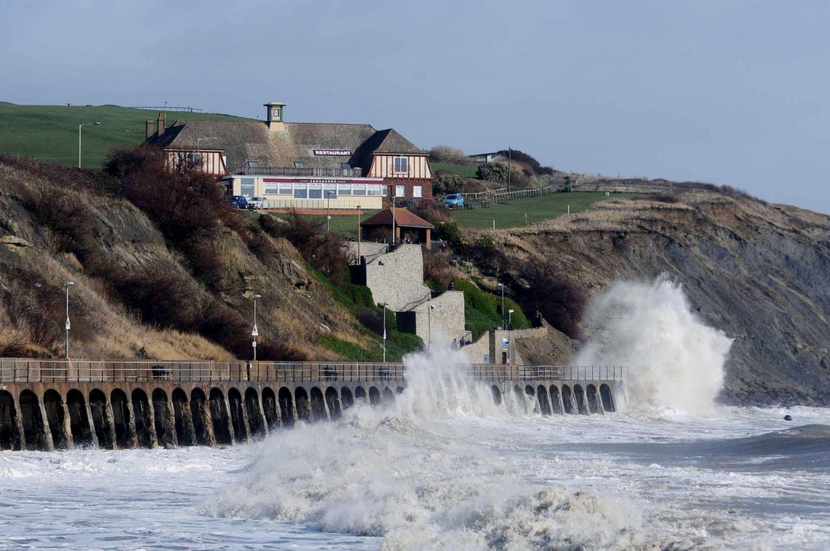 Rozbouřené moře ve Folkestonu v Británii