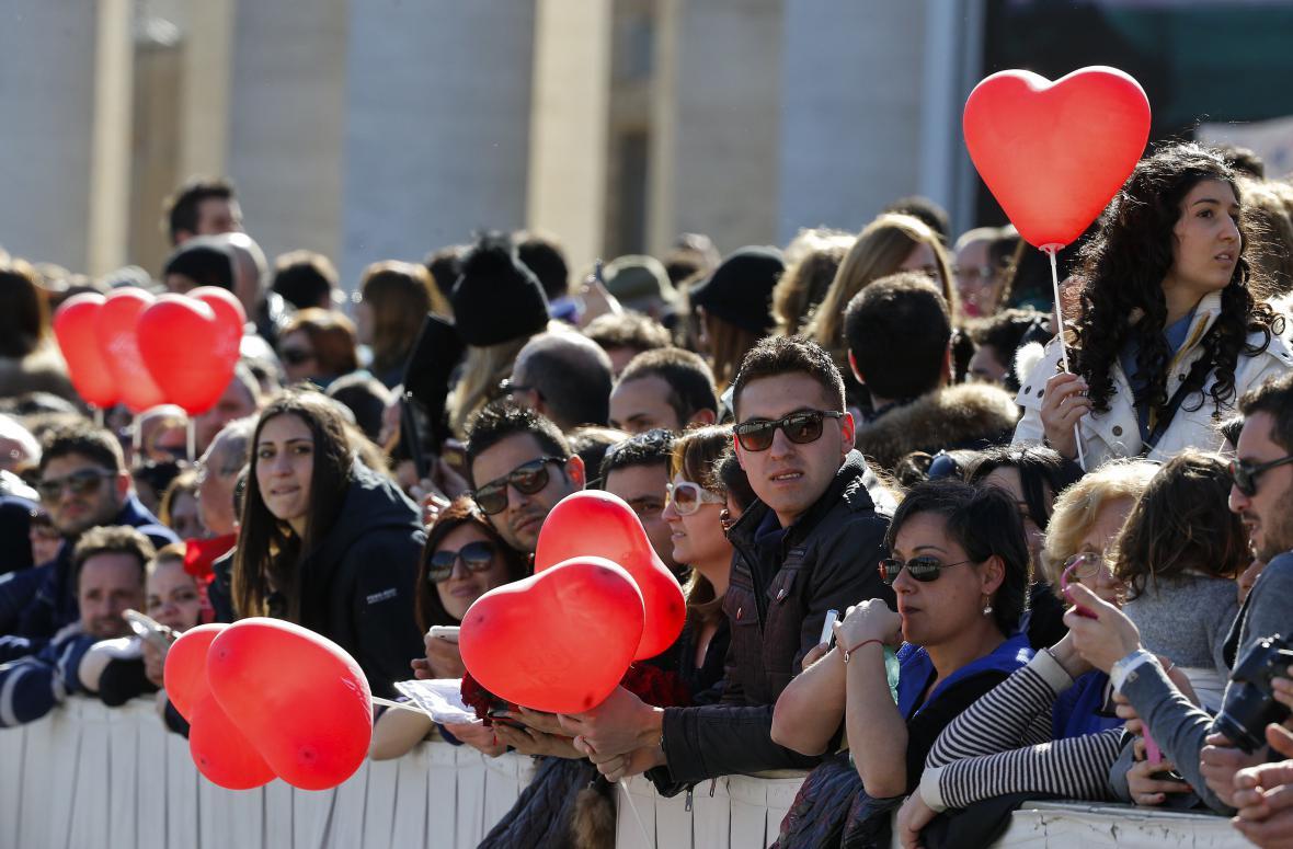 Lidé čekají na Svatopetrském náměstí na papežovo požehnání